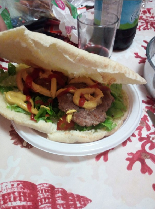 Spianata hamburger lattuga senape ketchup